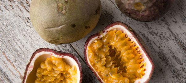 Frutti della passione su un tavolo