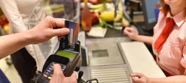Bezahlung mit EC-Karte im supermarkt beim einkaufen